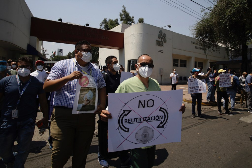 Personal médico y de intendencia del INER protestó para exigir equipos de protección - Foto de Notimex