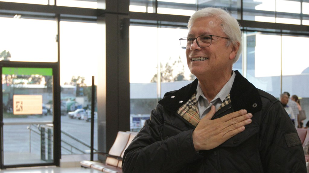 Hospitalizan a Jaime Bonilla tras dar positivo por COVID-19 - Jaime Bonilla en el Aeropuerto de Tijuana para recibir al presidente López Obrador, en marzo pasado. Foto de Notimex