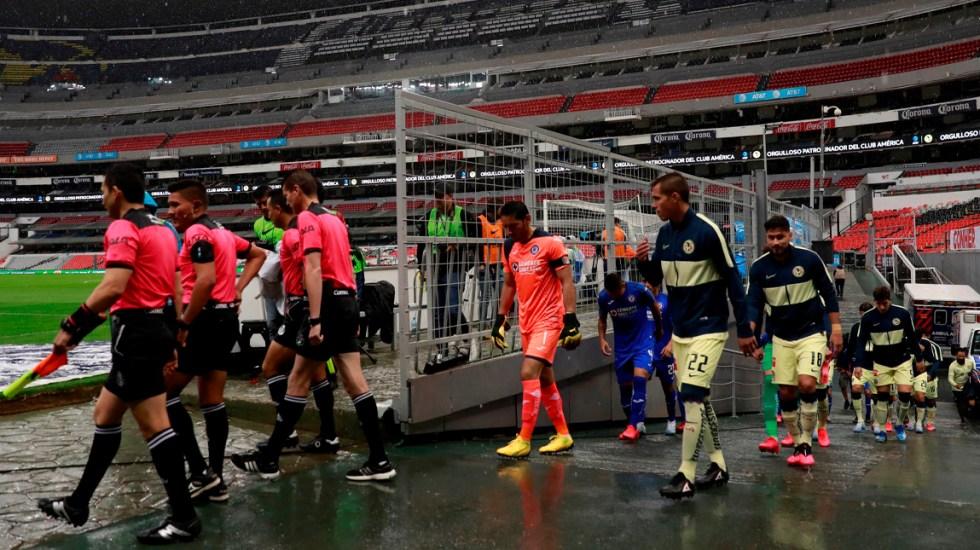 Aislamiento podría generar trastornos en futbolistas, afirman expertos - Los jugadores del equipo América y del Cruz Azul salen a la cancha para su partido correspondiente a la jornada 10 del torneo mexicano de fútbol, celebrado en el estadio Azteca en Ciudad de México