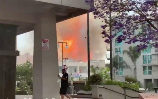 Explosión en Los Ángeles deja al menos 10 bomberos lesionados - Foto de @seanmiura