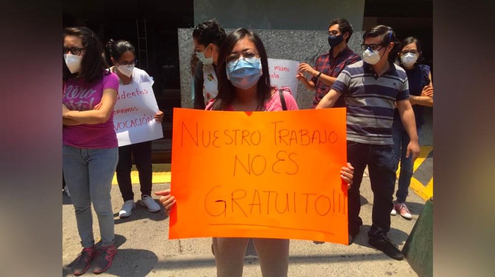 Sheinbaum da instrucciones para resolver protesta de médicos residentes por falta de pago - Manifestación de médicos residentes en la Sedesa