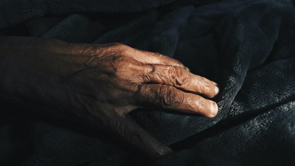 Detectan brotes de COVID-19 en asilo de Nuevo León - Mano de adulto mayor. Foto de Amisha Nakhwa / Unsplash