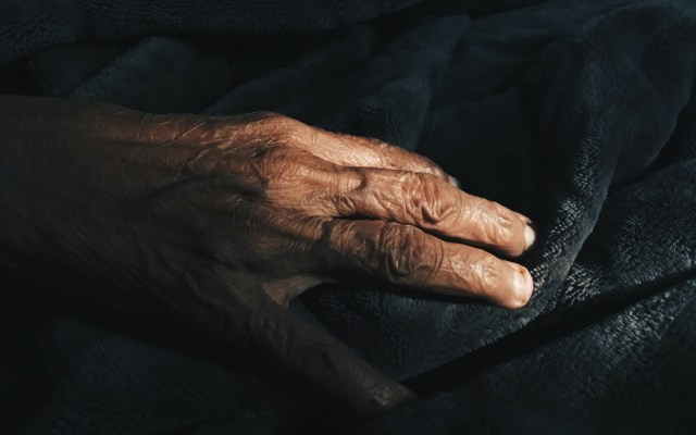 Adultos de entre 60 a 69 años registran mayor número de muertes por COVID-19 en México - Mano de adulto mayor. Foto de Amisha Nakhwa / Unsplash