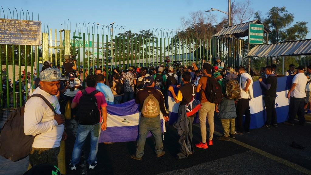 Crisis por COVID-19 agrava situación de migrantes en México - Migrantes centroamericanos en la frontera sur de México. Foto de EFE