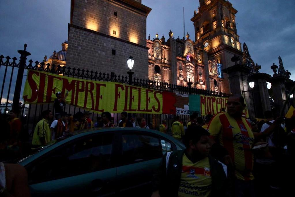 Aficionados de Monarcas violan nuevamente cuarentena en protesta por mudanza del equipo - Aficionados de Morelia. Foto de changoonga