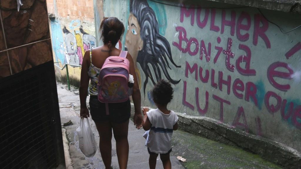 """""""Violencia de género es una pandemia dentro de la pandemia"""", dicen expertas - Vista de un grafiti que dice"""