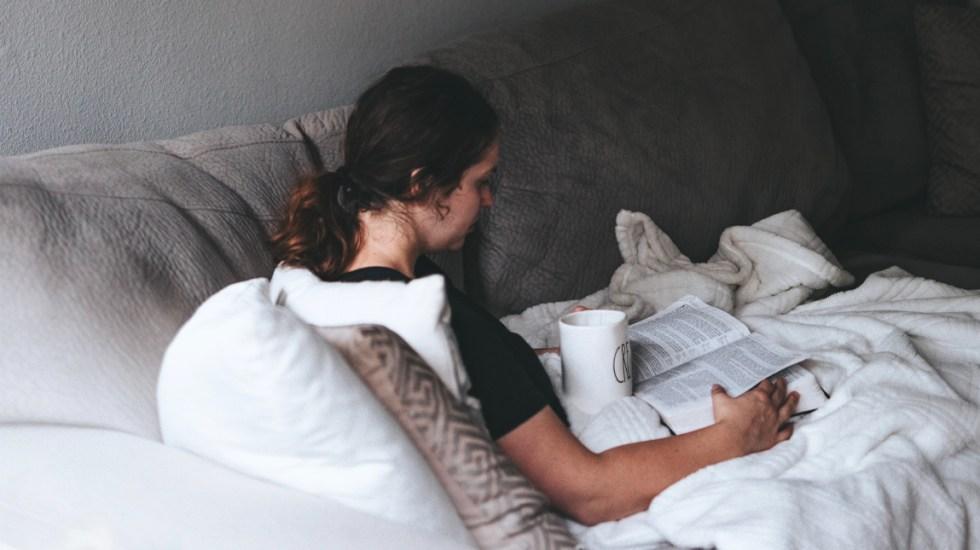 Confinamiento puede provocar Síndrome del Reposo Prolongado - Mujer en confinamiento por la cuarentena