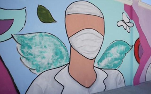 Mueren por COVID-19 cuatro médicos que atendían en farmacias de Tijuana - El artista Enrique Chiu, junto con otros profesionales, pintó un mural en las calles de Tijuana en homenaje a los médicos que atienden a pacientes con COVID-19. Foto de San Diego Union Tribune