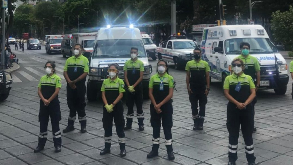 Paramédicos arman caravana en homenaje a compañeros muertos en pandemia - Foto de @fernand17704066