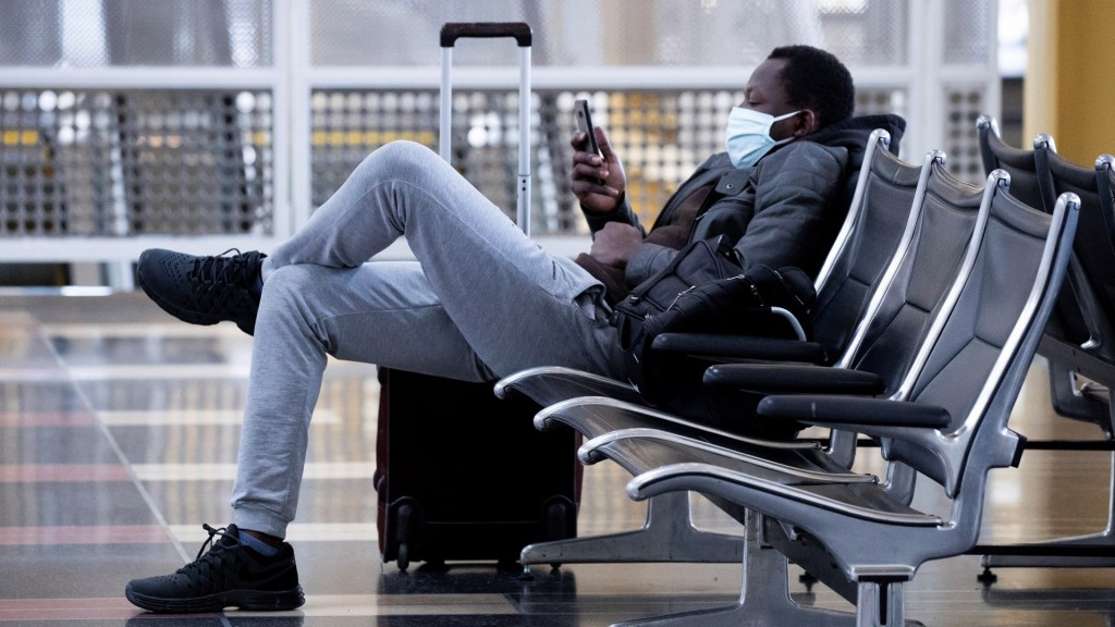 Estados Unidos analiza restringir viajes desde Sudamérica - Pasajero en el Aeropuerto Nacional Ronald Reagan en Arlington, Virginia. Foto de EFE
