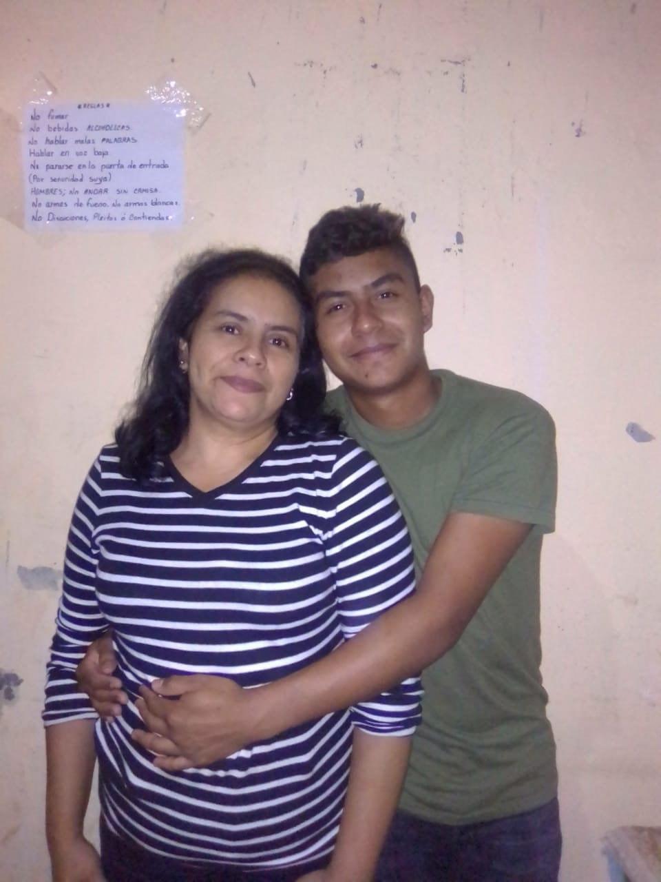 Pedro Buezo Romero con su madre