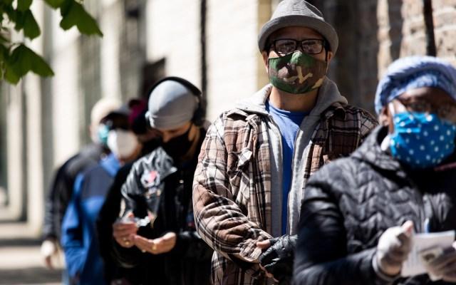 COVID-19 afecta más a barrios afroamericanos e hispanos en Nueva York - Personas formadas para hacerse la prueba de coronavirus en el Bronx, Nueva York. Foto de EFE