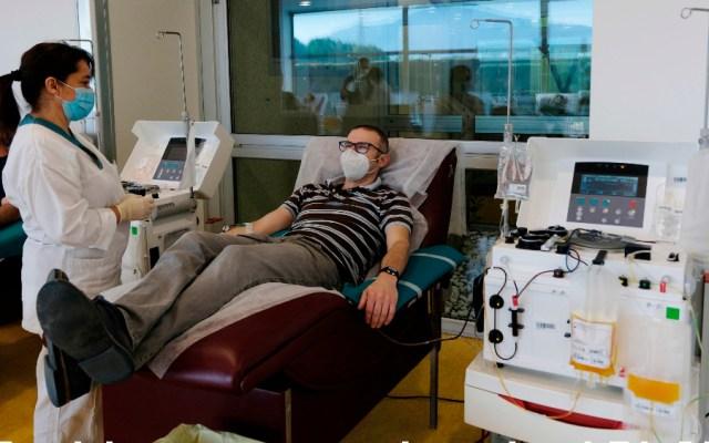 Frustrante que Cofepris nos suspenda sin razón pruebas serológicas: jefe del programa COVID-19 del ABC - En Brescia, Italia, paciente dona su plasma durante la pandemia por el coronavirus. Foto de EFE