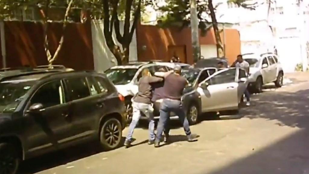 Detienen a quienes agredieron a reportero de Televisa - Captura de pantalla