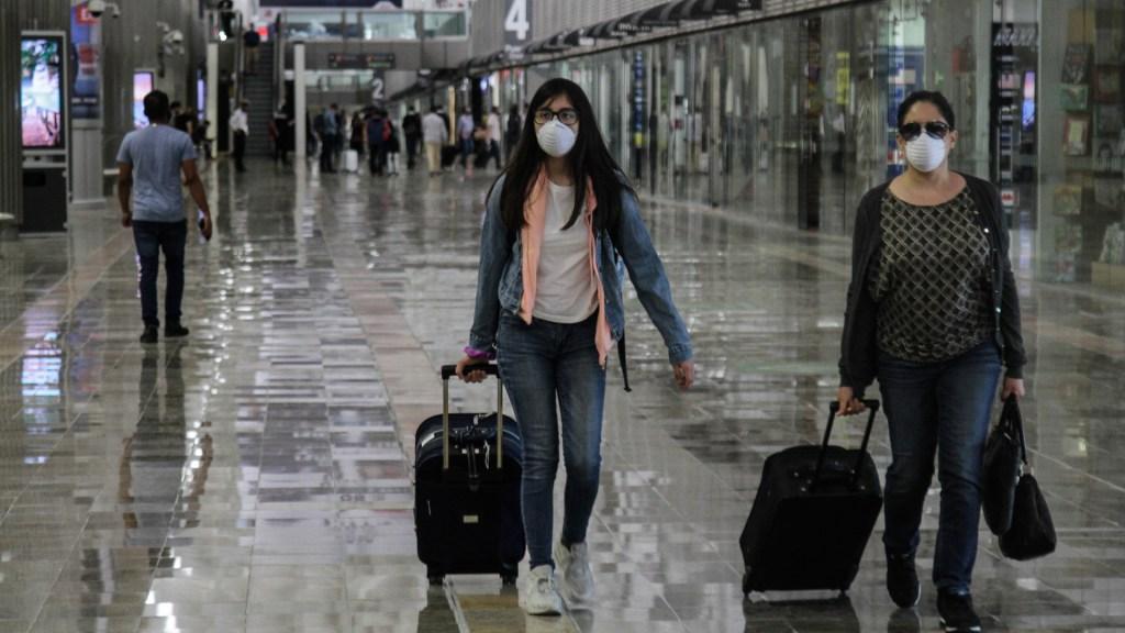 Salud emite aviso preventivo; recomienda evitar viajes internacionales no esenciales por COVID-19 - Viajeros en el Aeropuerto Internacional de la Ciudad de México. Foto de Notimex