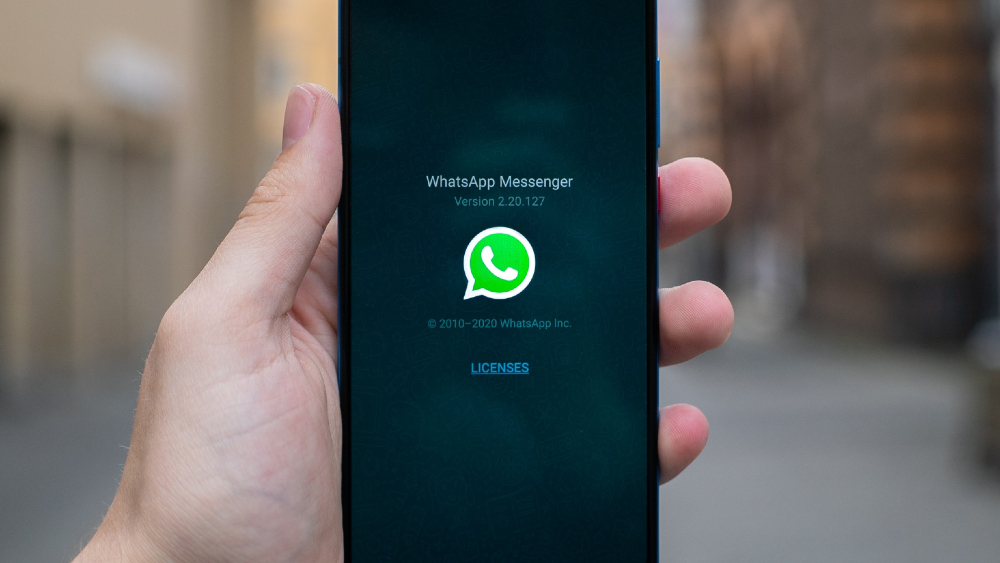 En riesgo privacidad y datos personales en WhatsApp con nuevas políticas, advierte el INAI - Foto de un móvil con la aplicación WhatsApp