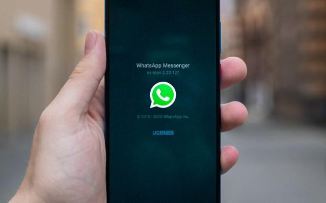 WhatsApp combatirá la desinformación sobre coronavirus - Foto de un móvil con la aplicación WhatsApp