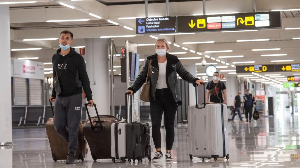 España cerca de declarar nuevamente estado de alarma ante segunda ola de COVID-19 - Llegada de viajeros al aeropuerto de Palma de Mallorca, en la isla española de Baleares. Foto de EFE