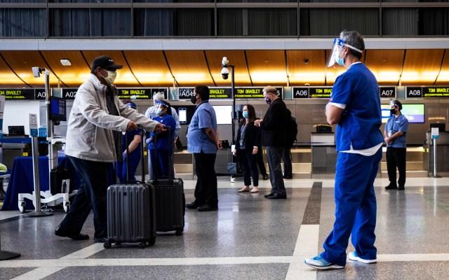 Nueva York amplía requisito de cuarentena a ocho estados más, incluidos California, Georgia y Nevada - Vista de un viajeron en el aeropuerto Tom Bradley (TBIT), de Los Ángeles (California)