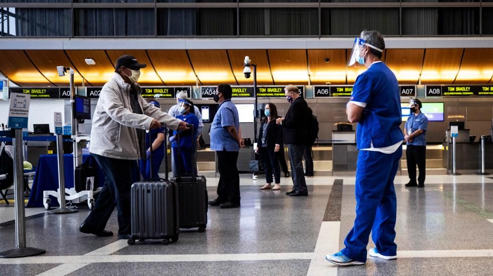 Estados Unidos retira su alerta de viaje global por COVID-19 - Vista de un viajeron en el aeropuerto Tom Bradley (TBIT), de Los Ángeles (California)