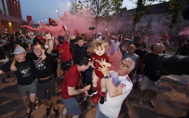 Aficionados del Liverpool toman las calles para celebrar título - Aficionados del Liverpool festejan triunfo en la Premier League. Foto de EFE