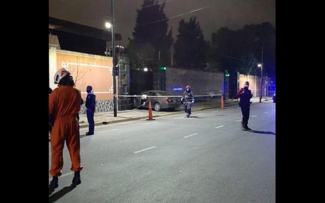Sujeto intenta derribar puerta de embajada china en Buenos Aires con un auto - Argentina embajada China choque puerta