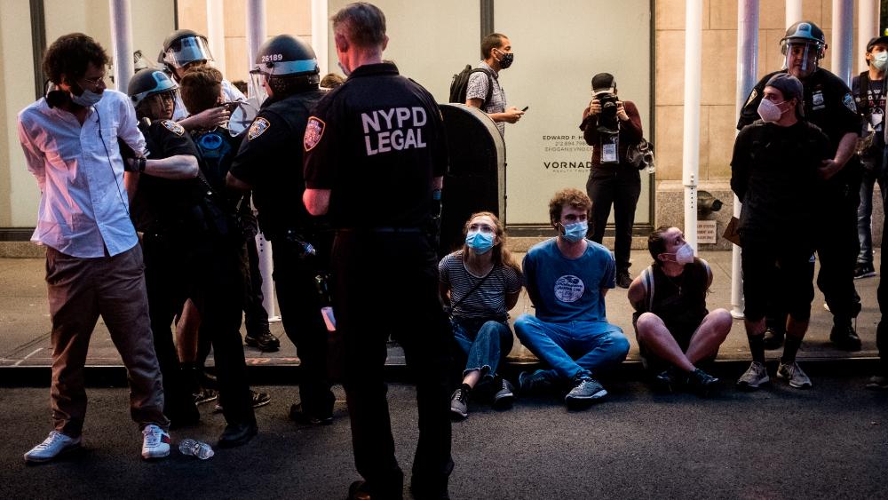 Unos 250 manifestantes detenidos en Nueva York por desafiar el toque de queda - Foto de EFE / Archivo