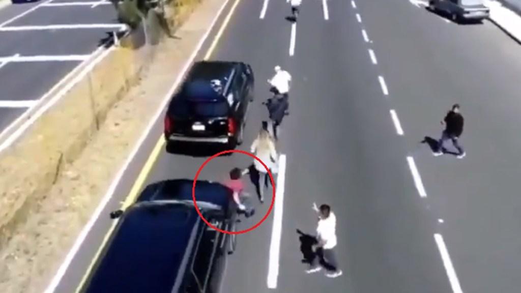 #Video Convoy de López Obrador atropella a joven en Tlaxcala - Atropello de joven por convoy de López Obrador en Tlaxcala. Captura de pantalla