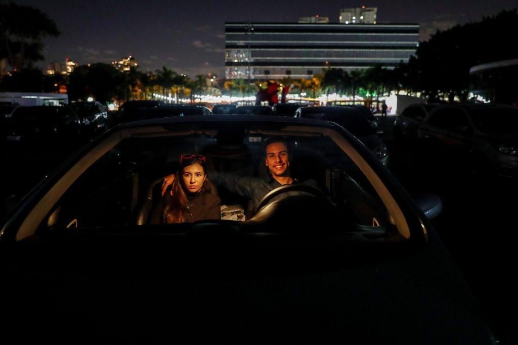 Autocinemas adquieren popularidad en Brasil por la pandemia de COVID-19 - Foto de EFE