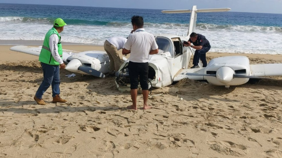 Avión pequeño aterriza de emergencia en playa de Oaxaca - Avión pequeño que aterrizó de emergencia en playa Agua Dulce de Oaxaca. Foto de @CEPCO_GobOax