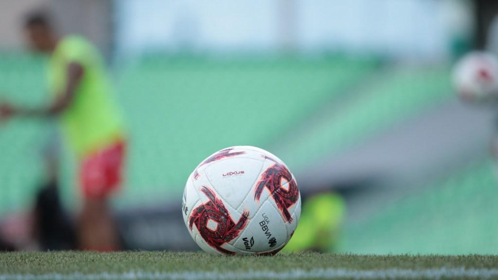 El Apertura 2020 de la Liga MX iniciará el 24 de julio - Balón utilizado en partido del Torneo Clausura 2020 de la Liga MX antes de cancelarse por el COVID-19. Foto de Mexsport