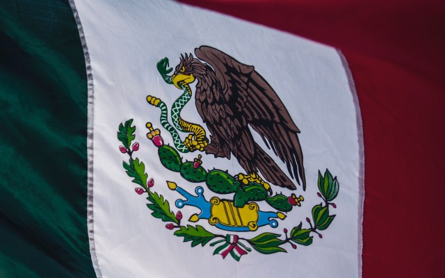 Edificios públicos con bandera a media asta en señal de luto por la pandemia - Bandera de México. Foto de Tim Mossholder / Unsplash