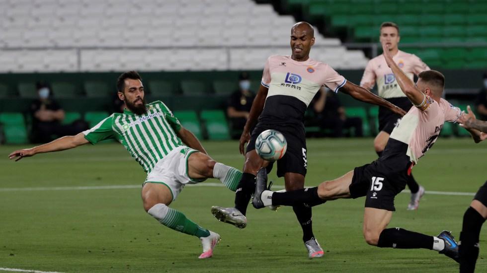 El Espanyol se hunde sin remisión y el Betis se aleja del descenso - El delantero del Betis, Borja Iglesias, disputa el balón con jugadores del Espanyol. Foto de EFE