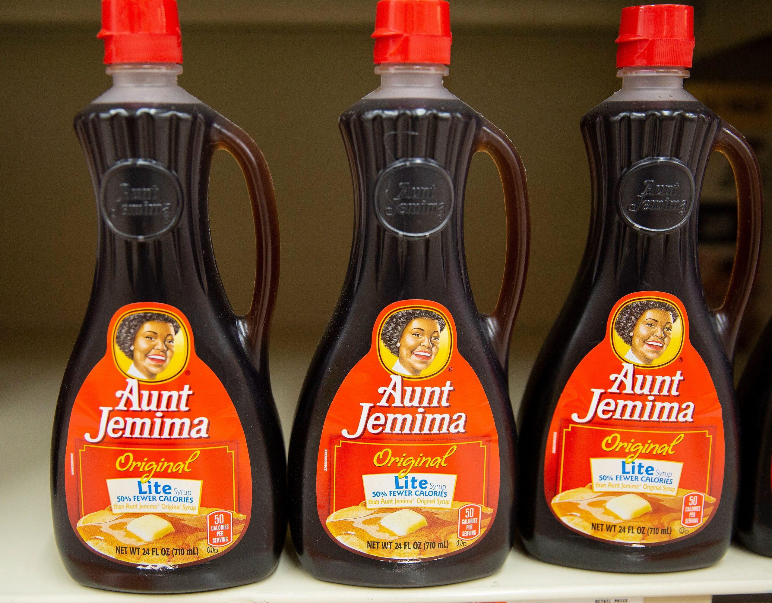 Botellas de la marca Aunt Jemima en un supermercado en Lynn, Massachusetts (EE.UU.)