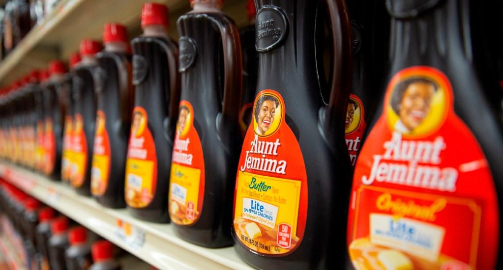 Marca Aunt Jemima anuncia cambio de nombre y logo por su origen racista - Botellas de la marca Aunt Jemima en un supermercado en Lynn, Massachusetts (EE.UU.)