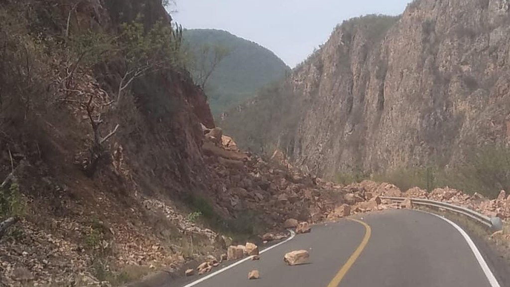 Sismo provoca deslave sobre carretera Oaxaca-Tehuantepec - Carretera Oaxaca-Tehuantepec. Foto de @GN_Carreteras