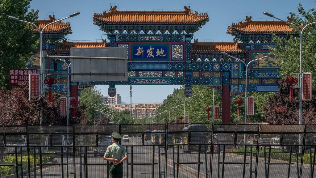 Pekín extrema medidas para controlar brote de coronavirus - Cierres en Pekín ante brote de coronavirus en mercado. Foto de EFE