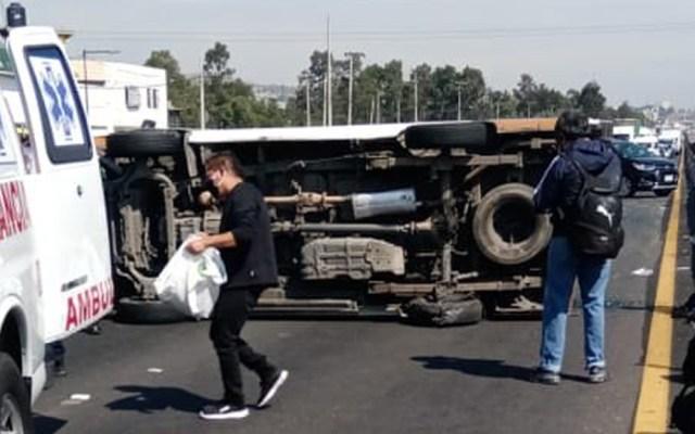 Volcadura de combi sobre la México-Puebla deja 12 heridos - Combi del transporte público volcada sobre la México-Puebla. Foto de @MrElDiablo8
