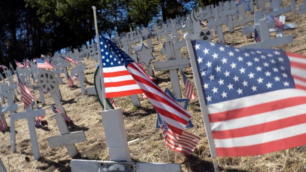 Registra EE.UU. nuevo récord de muertes por COVID-19 en un día - Cruces en cementerio de Lafayette, California. Foto de EFE