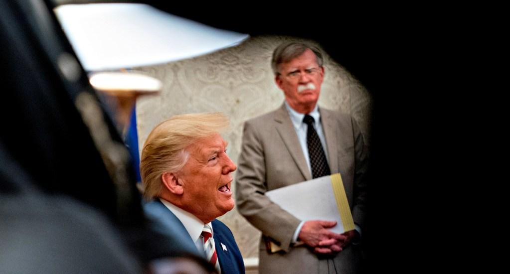 Trump se quejó del gasto militar de España y Alemania ante jefe de OTAN, según John Bolton - Donald Trump (i), junto a su exasesor de seguridad nacional John Bolton