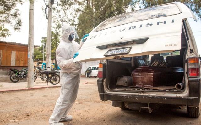 Guatemala suma 569 nuevos contagios en 24 horas por COVID-19; van 34 decesos - Empleado funerario en Guatemala