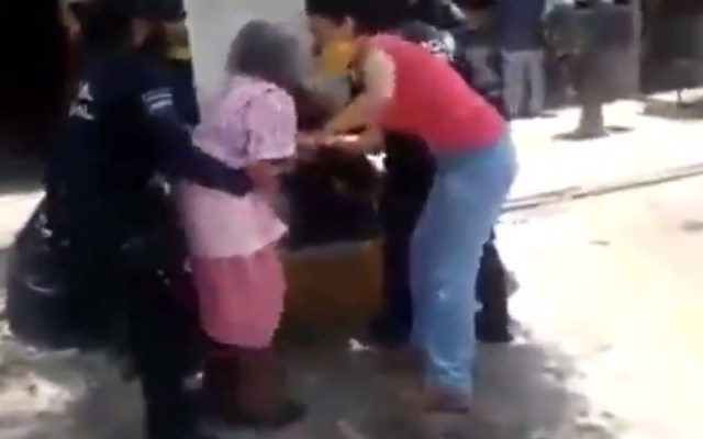 #Video Policías de Cadereyta, Querétaro forcejean con anciana por no usar cubrebocas - Forcejeo entre policías de Cadereyta, Querétaro, con anciana. Captura de pantalla