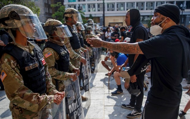 Manifestantes se mantienen en centro de Washington a una hora del toque de queda - Manifestantes reunidos para rechazar la muerte de George Floyd hablan con miembros de la Guardia Nacional de DC mientras protestan pacíficamente cerca de la Casa Blanca en Washington DC. Foto de EFE/ Shawn Thew
