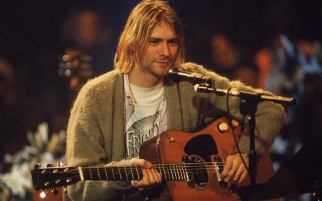Guitarra que tocó Kurt Cobain supera el millón de dólares en subasta - Kurt Cobain en MTV Unplugged. Foto de Julien's Auction