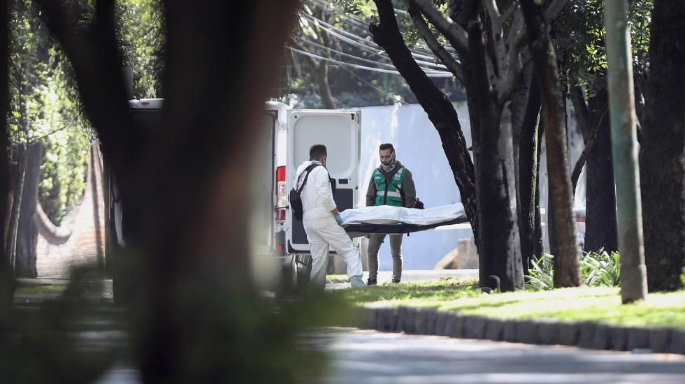 Dos policías de la SSC murieron en atentado contra Omar García Harfuch - Levantamiento de los cadáveres de las víctimas que dejó el atentado contra el secretario de Seguridad Ciudad, Omar García Harfuch. Foto de EFE