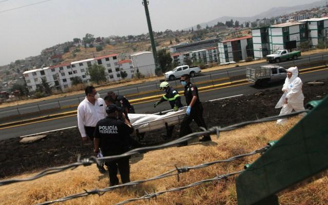 La violencia costó a México 4.57 billones de pesos en 2019 - Levantamiento del cadáver de un hombre, en la carretera Chamapa-Lechería en el Estado de México. Foto de Notimex / Archivo
