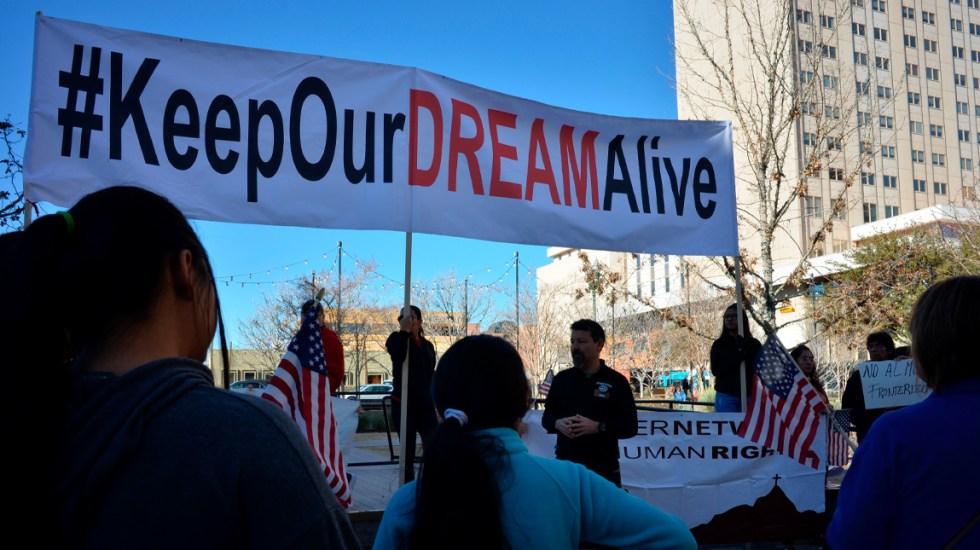 Dreamers se alistan para ataque de Trump contra el programa DACA - Manifestantes a favor de DACA