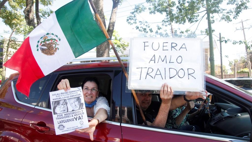 Vuelven a protestar contra AMLO en caravanas de autos - Automovilistas en protesta contra López Obrador en Guadalajara. Foto de EFE