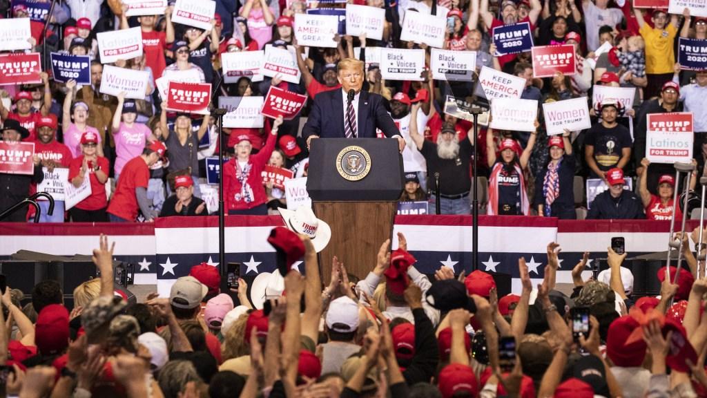 Trump ignora COVID-19 y protestas raciales; reanudará mítines electorales - Donald Trump en mitin. Foto de EFE