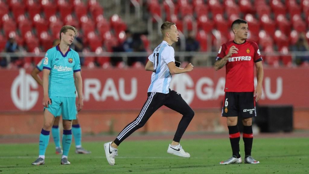 #Video Joven trepa muro de estadio para tomarse foto con Messi - Momento en que joven de 17 años corre hacia Messi para intentar tomarse una foto con él. Foto de EFE
